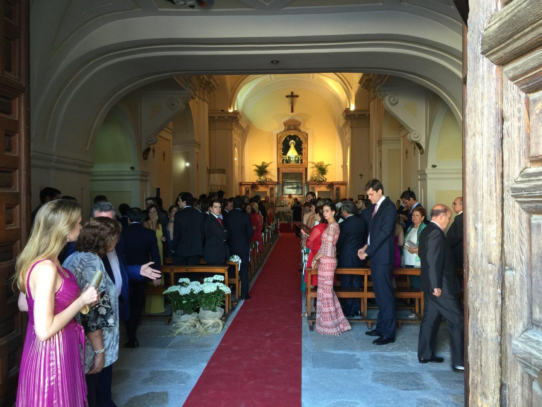 Entrada al santuario para la celebración de la boda